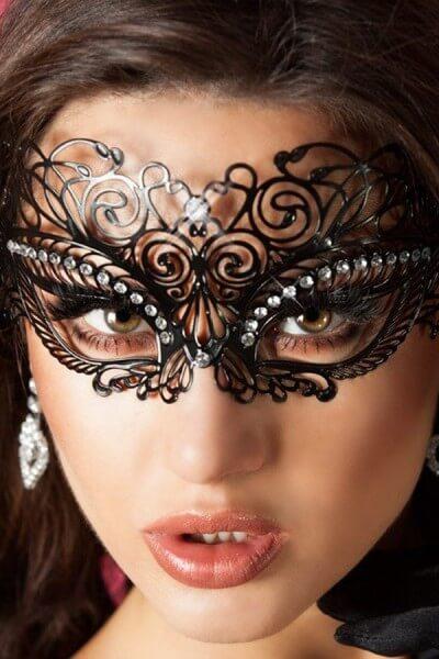 Schwarze Maske mit Steinen